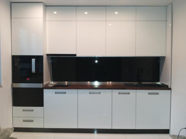 Бялата кухня е изработена от- мдф бял гланц - плот черен гланц гръб черно лакобелно стъкло с размери: 362/60/Н230см